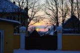 Zimný západ slnka na farskom dvore